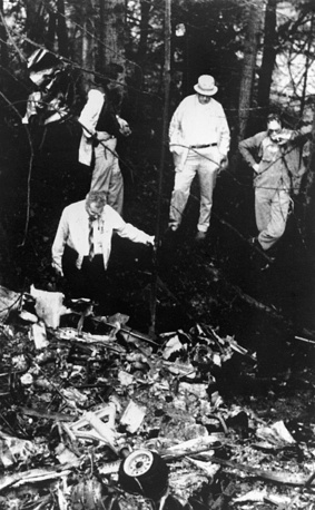 25 августа 1985 года двухмоторный самолет Beechcraft 99, на котором Саманта и ее отец возвращались после съемок в телесериале Lime Street, при заходе на посадку в районе аэропорта Оберн-Льюистон столкнулся с деревьями, рухнул на землю и сгорел в 1 км от взлетно-посадочной полосы. На фото: обломки самолета, в котором погибла Саманта