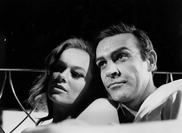 """Шон Коннери в роли Джеймса Бонда и итальянская актриса Лучана Палуцци на съемках фильма """"Шаровая молния"""" в Великобритании, 1965 год"""
