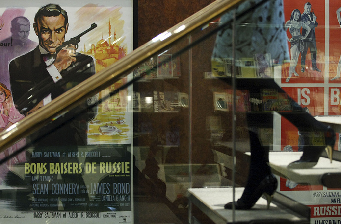 """Ретро-плакат """"Бондианы"""" с портретом Коннери во время выставки в Лондоне, посвященной фильмам о Джеймсе Бонде, 2008 год"""