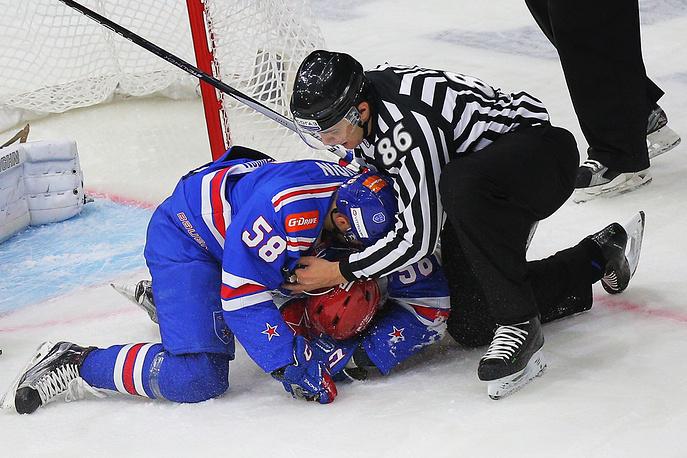 Игрок СКА Дмитрий Юдин (слева)
