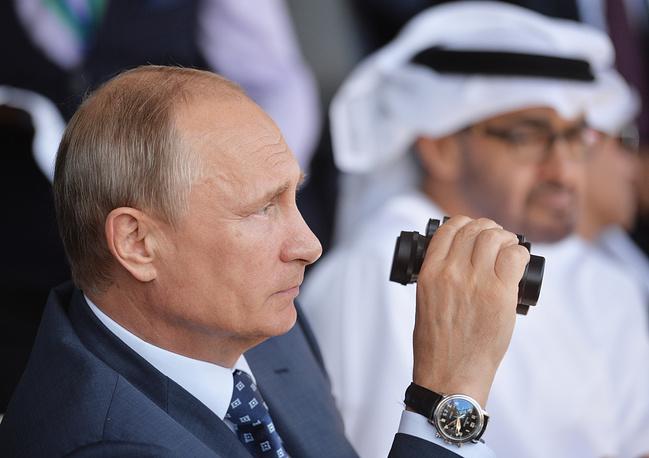 Владимир Путин (на первом плане) и наследный принц Абу-Даби, заместитель верховного главнокомандующего вооруженными силами Объединенных Арабских Эмиратов Мухаммед Аль Нахайян (на втором плане)