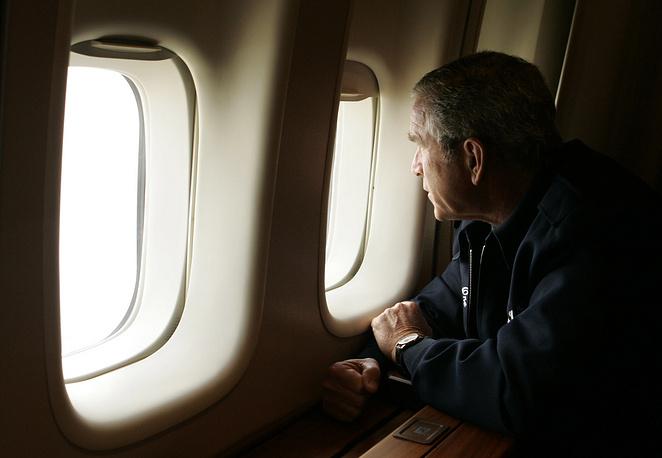 Президент Джордж Буш-младший осматривает последствия урагана, пролетая над Новым Орлеаном, 09:30 утра, 31 августа
