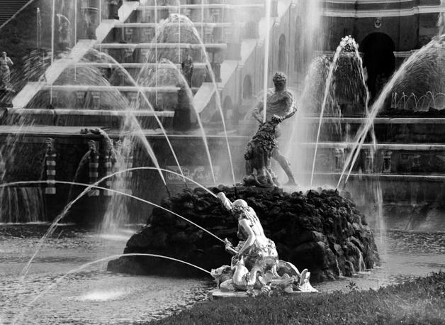 """Золото и произведения искусства были вывезены не только из Европы, но и из Советского Союза. Фонтан """"Самсон"""" официально признан утратой Петергофа. Было установлено, что скульптура была разрезана на части и вывезена в Германию для переплавки. Историки полагают, что крупная партия бронзовых и свинцовых статуй Петергофа могла быть вывезена в 1943 году, т. к. на немецких фотографиях 1941-42 гг. они присутствуют. Однако документов, проливающих свет на судьбу """"Самсона"""", до сих пор не найдено.  На фото: самый крупный фонтан Большого каскада """"Самсон, раздирающий пасть льва""""."""