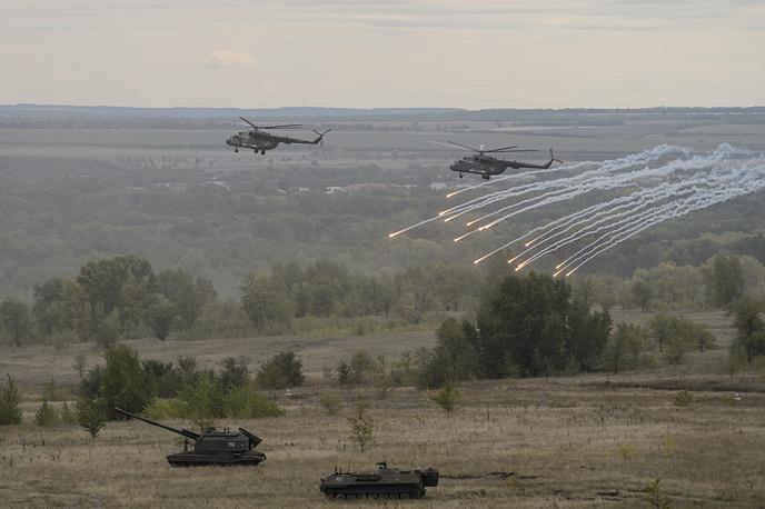 Вертолеты Ми-8 и самоходная гаубица МСТА-С