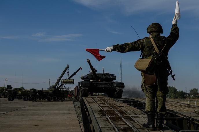 """Разгрузка боевой техники (танк Т-72) на """"железнодорожной станции"""""""