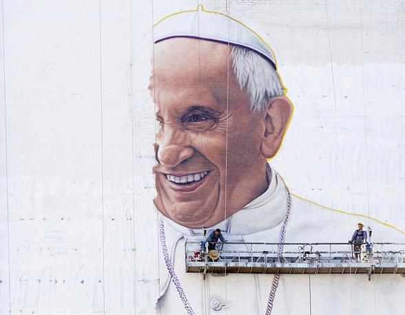 Портрет папы Франциска на офисном здании в Нью-Йорке, 28 августа