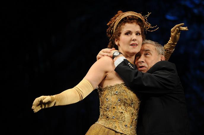 Наталья Андреева и Михаил Светин во время выступления в Театре комедии им. Н.П. Акимова, 2010 год