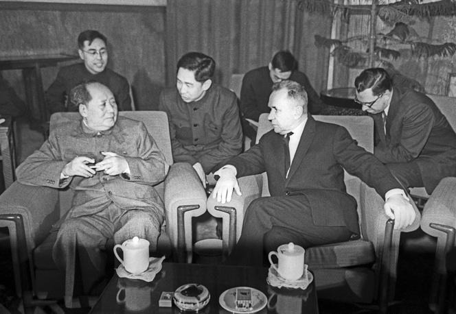 В марте 1966 г. советско-китайские контакты по партийной линии прекратились, сворачивались экономические и научно-технические связи. На фото: председатель Совета Министров СССР Алексей Косыгин (на первом плане справа) и председатель КНР Мао Цзэдун в ходе одних из последних переговоров в Пекине, 1965 год