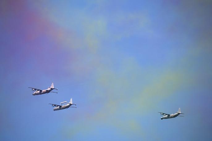 Всего в день парада в небе пролетели около 200 самолетов и вертолетов. На фото: самолеты китайских ВВС во время парада в Пекине