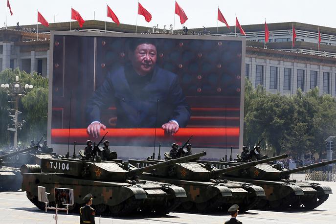 """В параде участвовали новейшие основные боевые танки """"Тип 99А"""", машины-амфибии """"Тип 05А"""", боевые машины пехоты """"Тип 04А"""", а также самоходные 155-миллиметровые гаубицы """"Тип 05А"""" (другое название PLZ-05A - прим. ТАСС). На фото: парад на площади Тяньаньмэнь"""