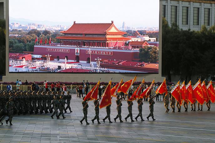 Парад начался с церемонии поднятия государственного флага, также начало торжеств ознаменовали 70 пушечных залпов. На фото: китайские военные во время парада Победы