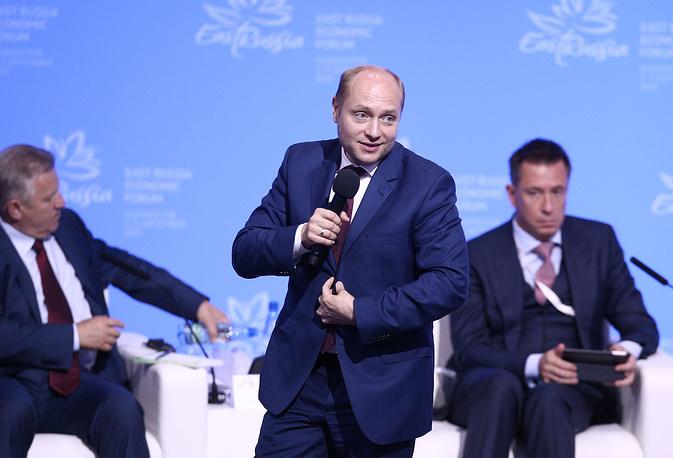 Министр РФ по развитию Дальнего Востока Александр Галушка (в центре) на пленарном заседании в рамках открытия Восточного экономического форума