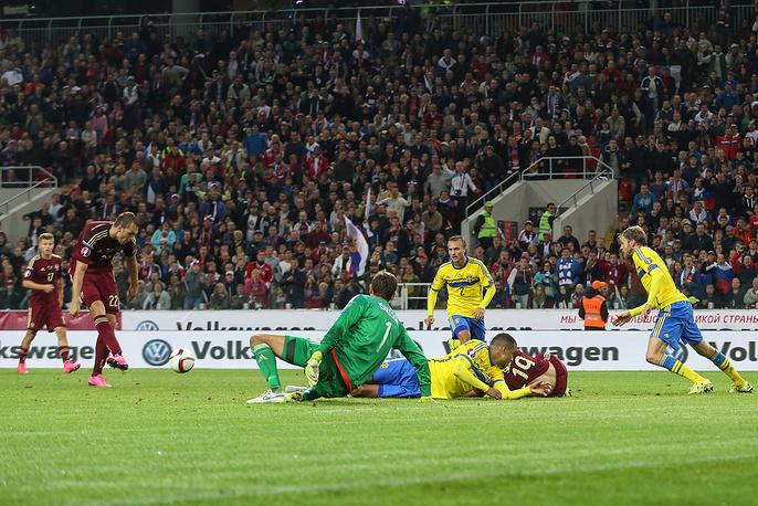 Артем Дзюба отправляет мяч в ворота сборной Швеции