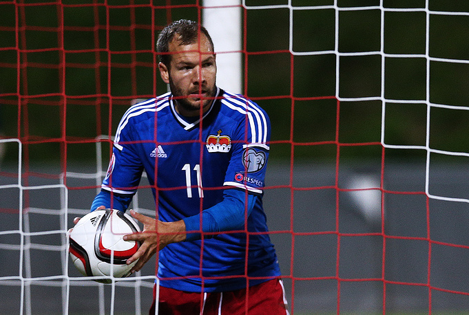 Защитник сборной Лихтенштейна Франц Бургмайер вынимает очередной мяч из сетки ворот