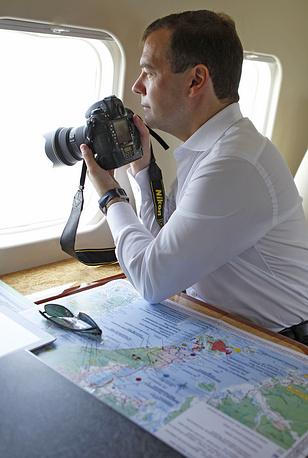 Дмитрий Медведев осматривает с вертолета строящийся мостовой переход через пролив Босфор Восточный и панораму строящихся объектов Дальневосточного федерального университета, 2011 год