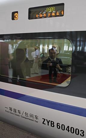 Дмитрий Медведев в вагоне скоростного поезда во время переезда на Азиатский форум, 2011 год