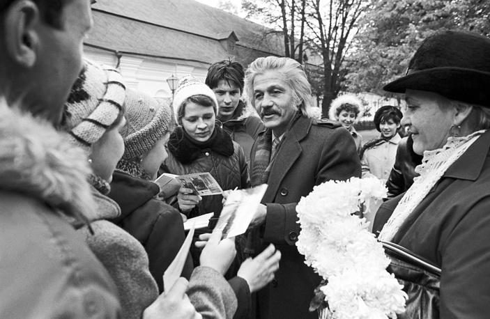 Актер Михай Волонтир дает автографы у входа в театр, 1985 год
