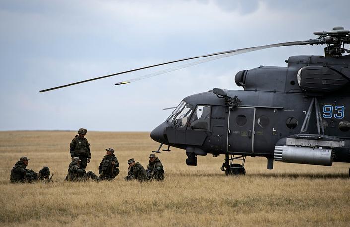 """Авиационная группа в составе вертолетов Ми-8, Ми-8АМТШ """"Терминатор"""", Ми-24 и Ми-35 поразила неуправляемыми авиационными ракетами инженерные укрепления и технику условного противника"""