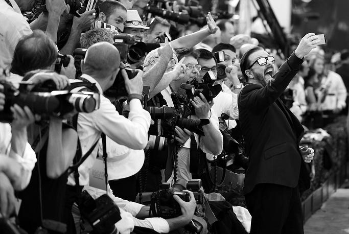 Английский комик и актер Рики Джервейс (справа) с фотожурналистами