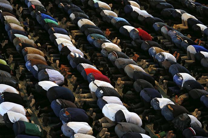 Праздновать день жертвоприношения начинают с раннего утра. На фото: мусульмане Москвы совершают праздничный намаз