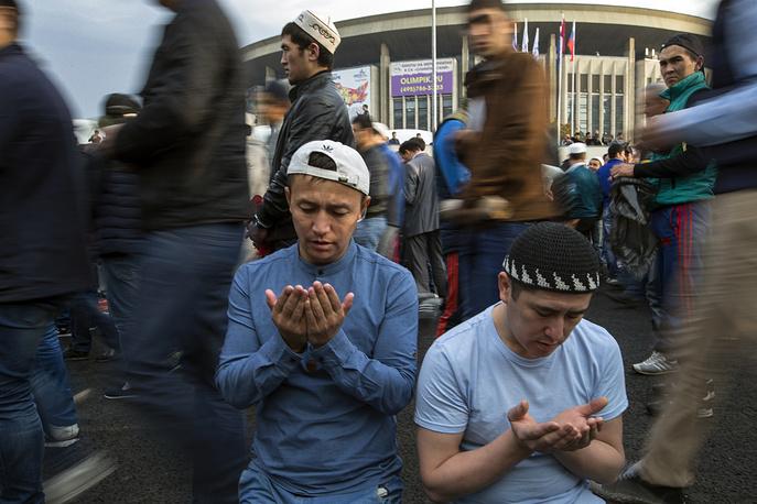 С рассветом мусульмане идут в мечеть к утренней молитве. На фото: мусульмане на площади перед Соборной мечетью в Москве