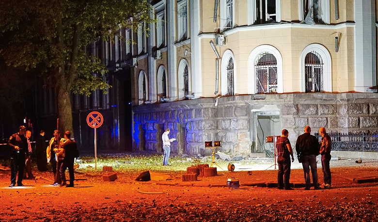 Следственные действия на месте взрыва у здания управления Службы безопасности в центре города
