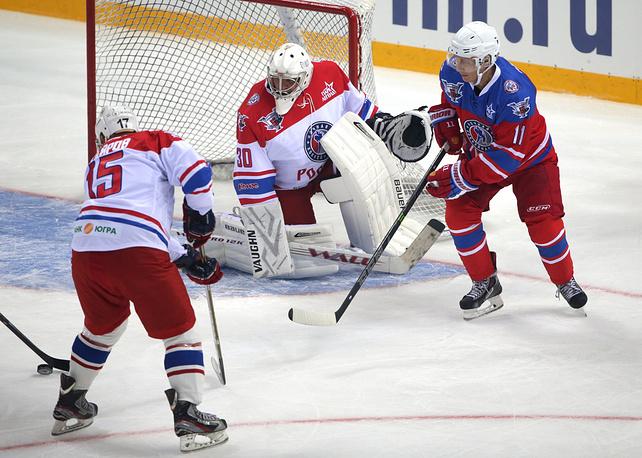 7 октября 2015 года Владимир Путин (на фото справа) принял участие в гала-матче, приуроченном к открытию нового сезона Ночной хоккейной лиги (НХЛ) в Сочи