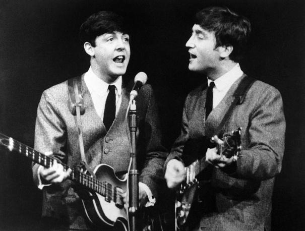 Пол Маккартни и Джон Леннон во время концерта в Лондоне, 1963 г.
