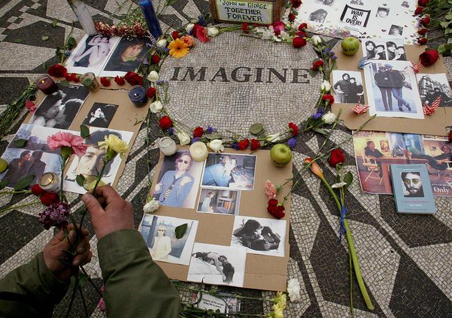 Памятный цветник, посвященный Леннону, разбитый в Центральном парке Нью-Йорка, 2002 г.