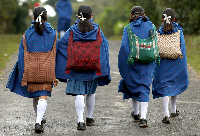 Подобные замужества считаются грубейшим нарушением прав ребенка. Ранний брак препятствует возможности получения образования. На фото: школьницы в северо-западных районах Индии идут на учебу, 2007 год