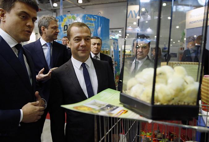 Премьер-министр РФ Дмитрий Медведев (в центре), министр сельского хозяйства РФ Александр Ткачев, президент Crocus Group Арас Агаларов (слева направо на втором плане)