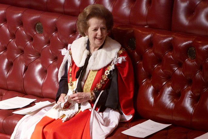 """Маргарет Тэтчер умерла 8 апреля 2013 года в результате инсульта. Похороны, сценарий которых разработала она сама, состоялись 17 апреля.  Когда однажды Тэтчер спросили, что она изменила в жизни Великобритании, политик кратко ответила: """"Все"""". На фото: экс-премьер-министр Великобритании Маргарет Тэтчер перед выступлением королевы Елизаветы II в парламенте"""