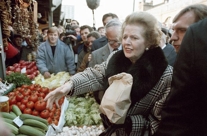 В 2007 году в здании парламента была установлена ее бронзовая скульптура в полный рост (ранее памятников живущим британским премьерам в парламенте не было).  На фото: британский премьер-министр Маргарет Тэтчер покупает овощи на рынке в Варшаве, 3 ноября 1988 года