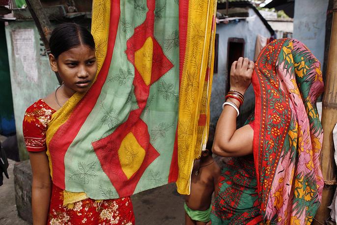 Особо остро проблема ранних и принудительных браков стоит в африканских странах (Буркина-Фасо, Чад, ЮАР, Эфиопия, Нигер) и странах Южной Азии (Непал, Индия, Бангладеш). Согласно прогнозам, к 2050 году количество девочек, вступивших в раннем возрасте в брак, удвоится. На фото: девушка из касты неприкасаемых, Дакка, Бангладеш, 2009 год
