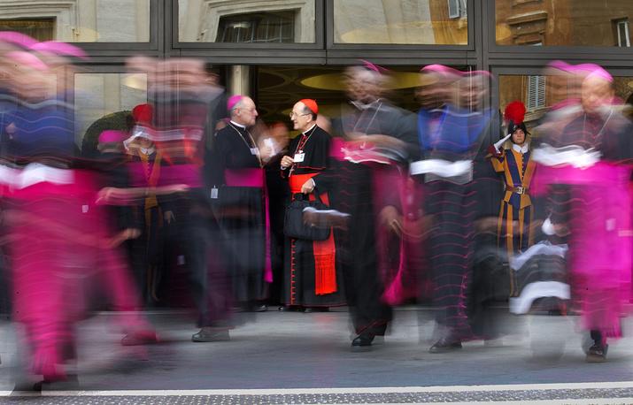 Кардиналы и епископы расходятся после утренней сессии Синода в Ватикане, 9 октября