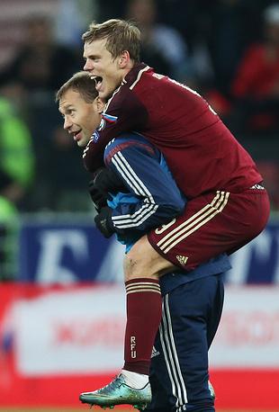 Игроки сборной России Алексей Березуцкий и Александр Кокорин