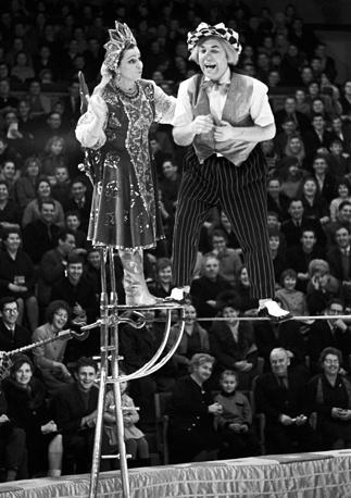 """Цирковое обозрение """"Лечение смехом"""", 1965 год. Клоун Олег Попов и артистка Вера Сербина в одной из реприз"""