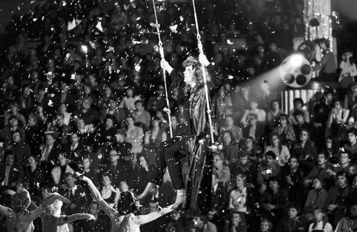 """Алла Пугачева выступает в эстрадно-цирковом шоу """"Новогодний аттракцион"""", 1982 год"""