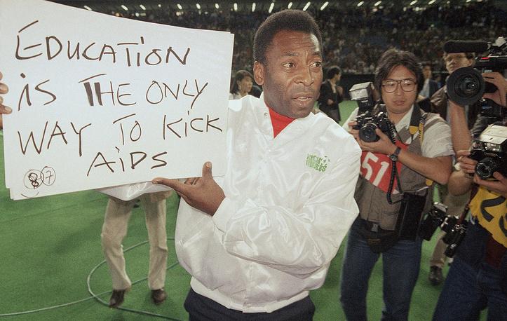 Пеле принимает активное участие в общественной деятельности (На фото: во время акции по борьбе со СПИДом, 1988 год)