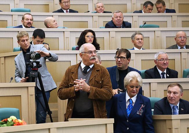 Председатель Союза кинематографистов России, режиссер Никита Михалков (в центре на первом плане) на заседании Совета Федерации РФ в день своего рождения, 21 октября