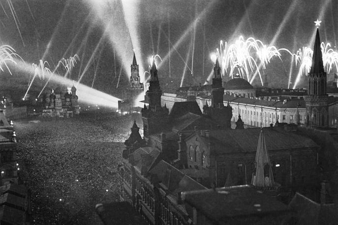После начала Великой Отечественной войны в 1941 году звезды потушили, поскольку они были хорошим ориентиром для вражеской авиации, и зачехлили в брезент. Вскоре после Парада Победы в мае 1945 года они были сняты для ремонта и возвращены на шпили в 1946 году. На фото: салют Победы в Москве, 9 мая 1945 года