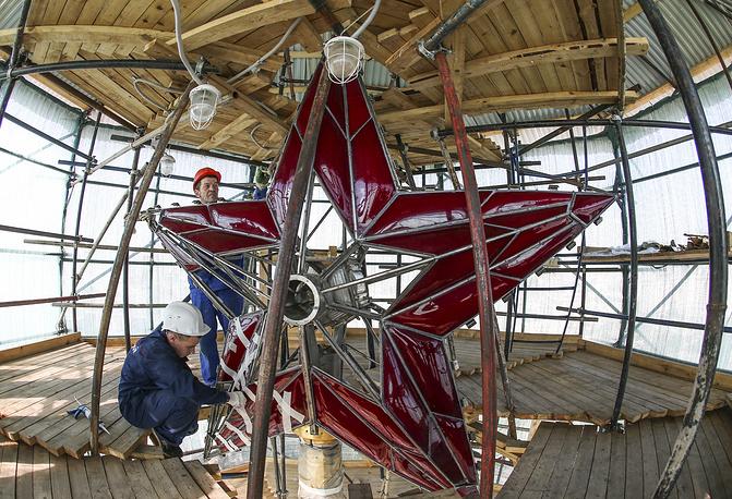 Подобная реконструкция предстоит и остальным кремлевским звездам. На фото: комплексная реставрация Троицкой башни, 2015 год