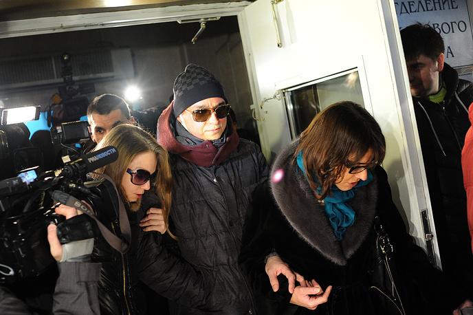 Сергей Филин с супругой Марией и пресс-секретарь ГАБТ Екатерина Новикова (слева направо) после выписки из больницы, 2013 год