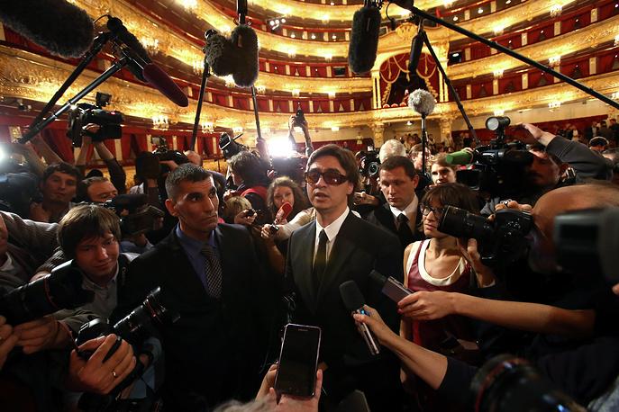 Сергей Филин (в центре) во время сбора труппы, посвященного открытию 238-го театрального сезона, 2013 год