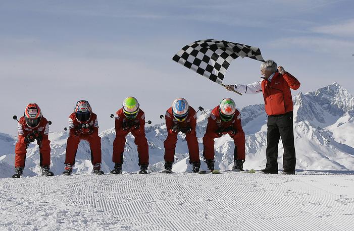 """Владелец """"Формулы-1"""" с гонщиками во время любительских соревнований на горнолыжном курорте в Италии (2010 год)"""