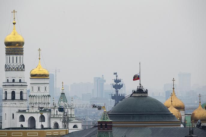 Приспущенный российский флаг над зданием Сената в московском Кремле