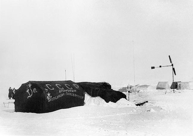 """Дрейфующая станция """"Северный полюс - 1"""". На фото: палатка первой дрейфующей научной станции, 1937 год"""