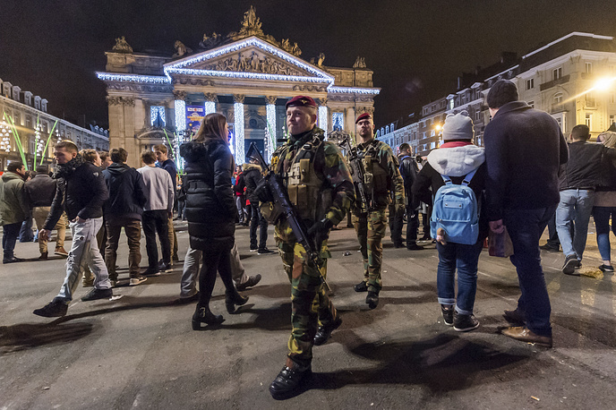 Брюссель. Бельгия. 1 января 2016. Военный патруль в историческом центре города. Все торжественные мероприятия в столице страны были отменены из-за угрозы террористических атак.