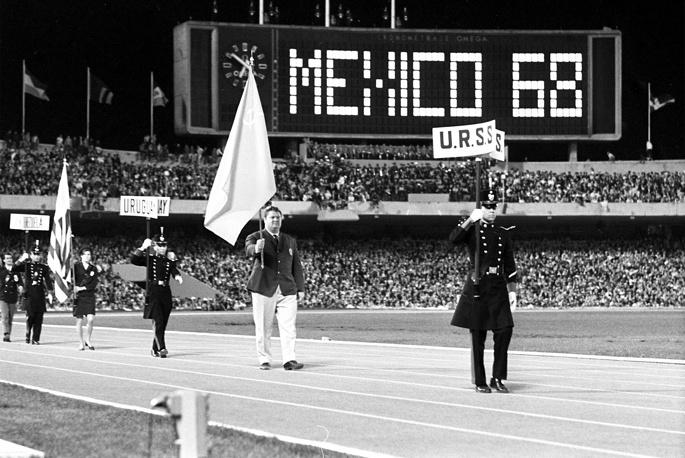 Знаменосец сборной СССР Леонид Жаботинский во время торжественного закрытия XIX Олимпийских игр