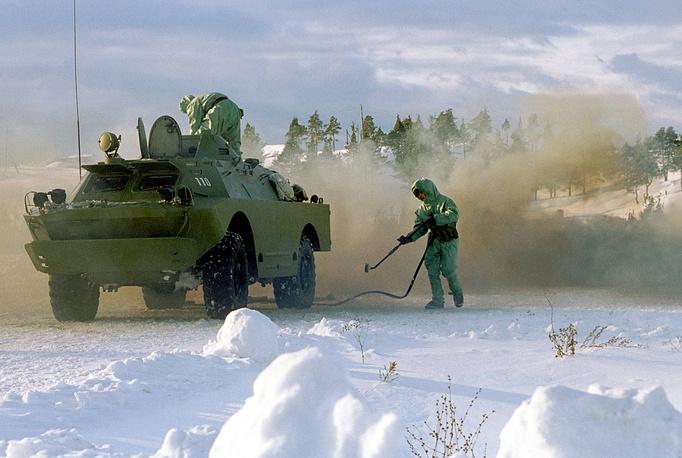 Химическая обработка боевой машины в полевых условиях. Приволжско-Уральский военный округ, 2002 год